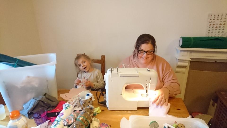 AZENOR aide sa maman à la couture