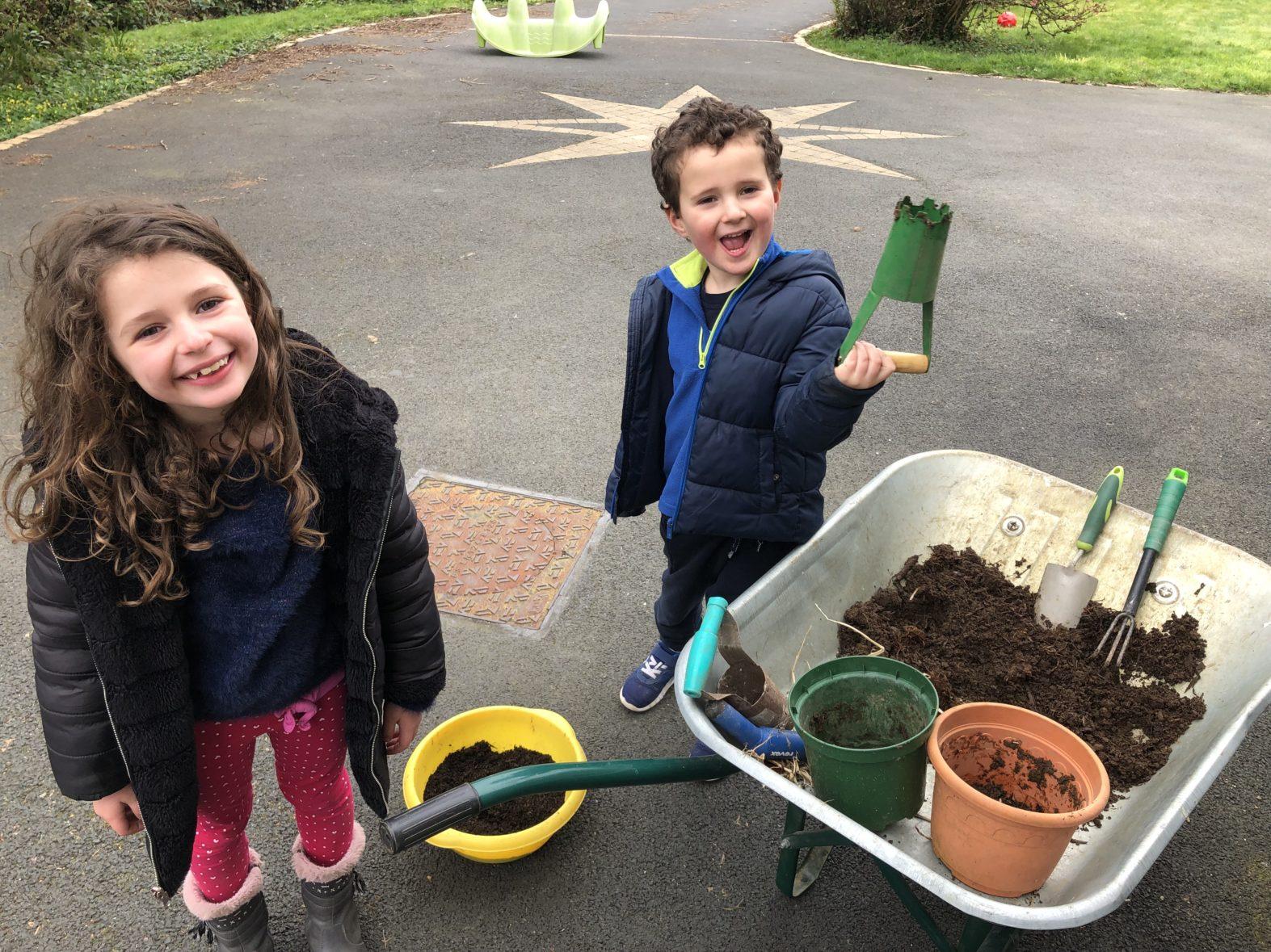 Guillaume fait des plantations avec Elea