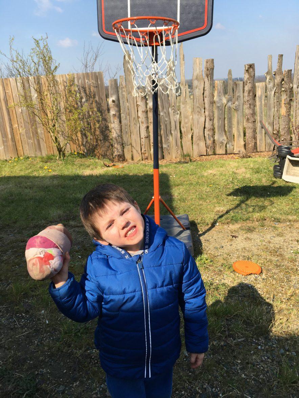 Laodren au basket avec le ballon qu'il a confectionné