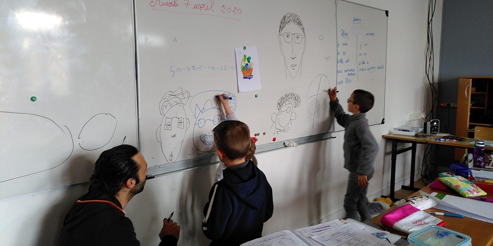 Benoît (AESH du lycée) donne un petit cours de dessin
